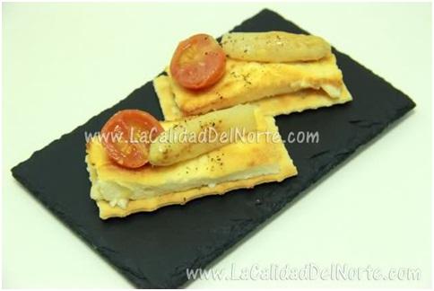 Espárragos de Navarra a la dos texturas sobre galleta especiada