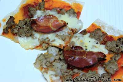 Pizza casera de carne y provolone