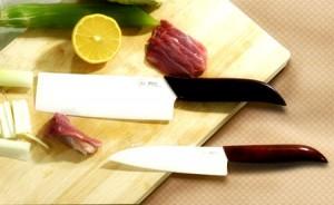 Cuchillo cerámico cortando