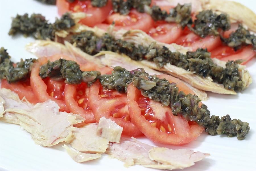 Ensalada de ventresca con vinagreta de aceitunas