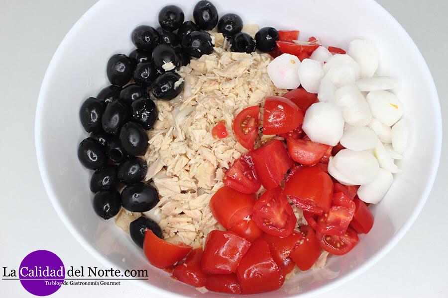 Bol bol con aceitunas negras, tomate, rabanitos y bonito del norte